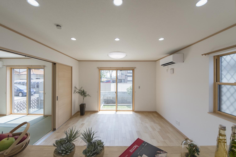 大きな窓から陽光が差し込む、明るくナチュラルな雰囲気のリビングダイニング。