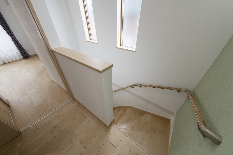 階段ホール/2連の窓から優しい光が差し込む明るい空間。