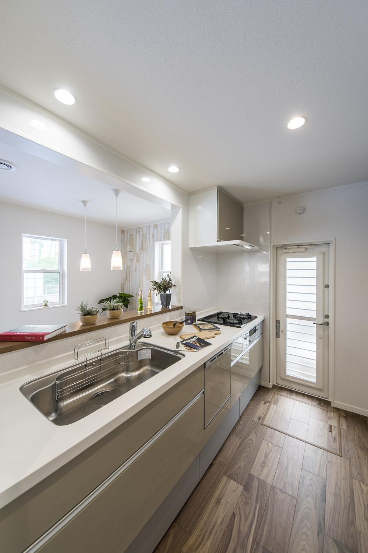 ナチュラルな配色のキッチンスペース。キッチンカウンターにはアイテムを飾ったりインテリアも楽しめます♪