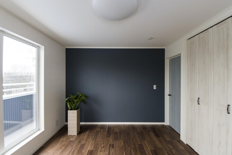 2階洋室/ネイビーのアクセントクロスが空間を引き締め、スタイリッシュで洗練された空間を演出。