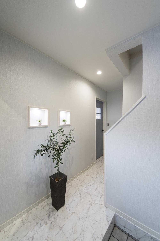 高級感のあるフロアは、天然石のリアルな質感を追求したデザインです。
