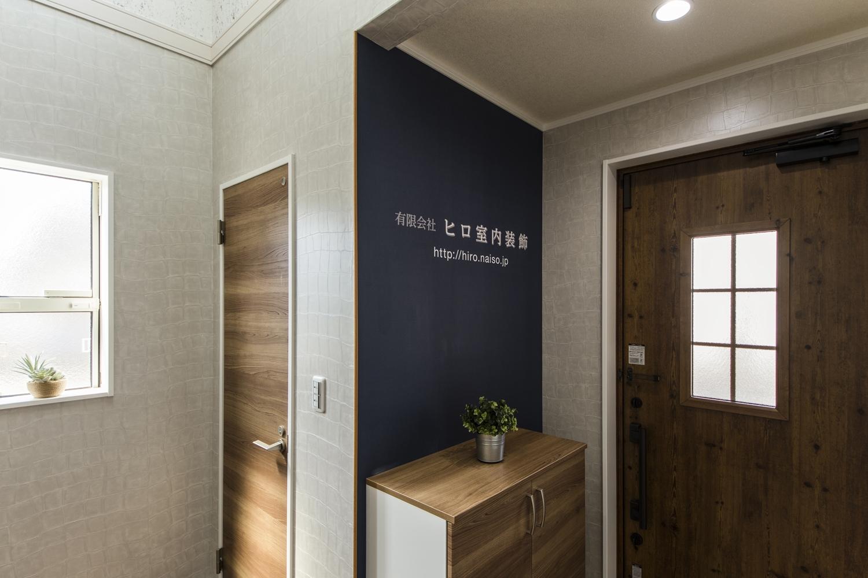 会社名をプリントしたクロスを始め、様々な種類のクロスを贅沢に使ったアートな空間。