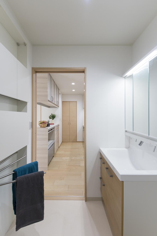 キッチンから洗面室につながるスムーズ動線で、便利さが向上♪家事動線を考えた間取り。