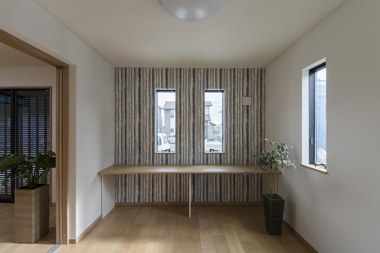 1階洋室/スタディコーナーやミセスコーナーとして利用できるカウンターを設置。アクセントクロスがモダンな印象を与えます。