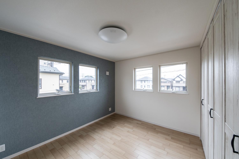 2階洋室/ブルー系の壁紙をアクセントにした、爽やかな空間。