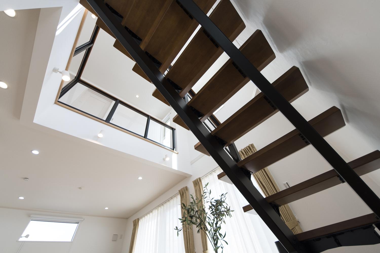 おしゃれなオープンスタイルの階段は、まるでアートのようです♪