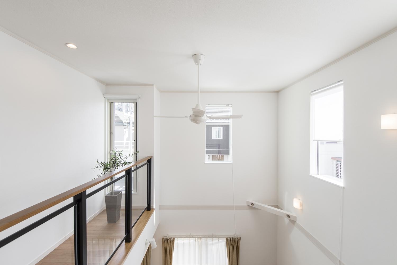 開放感たっぷりの2階ホールは、バルコニーへの出入りも可能です。