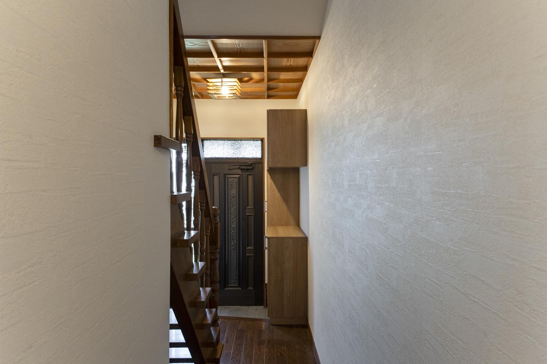 2箇所あった引戸入口の1つを無くして、シェルフを造作。裏側はキレイな壁に大変身しました。