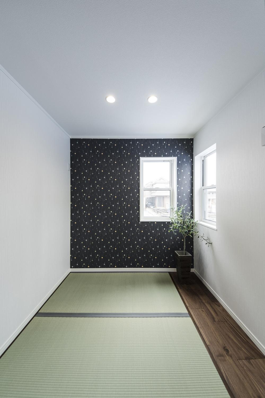 ゴロンっと横になれる畳敷きスペースは、ネイビーのクロスをアクセントにしたモダンな空間です。