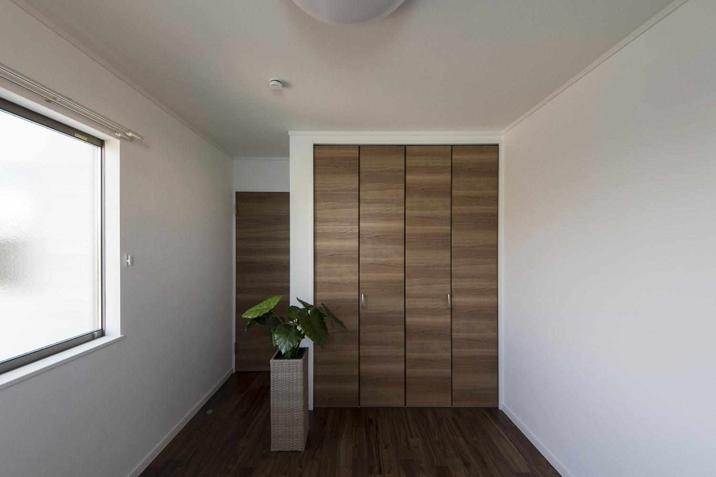 2F洋室/白いクロスにブラックウォルナットのフローリングや木目デザインの建具がメリハリのある空間を演出。
