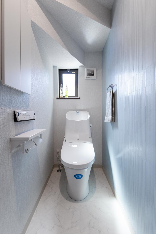 1階トイレ/スタイリッシュな柄のアクセントクロスが爽やかな空間を演出します。