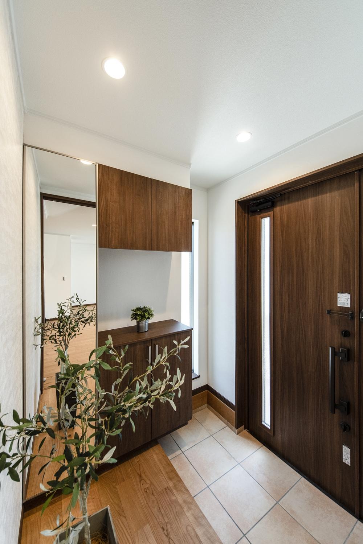 木の温もり感じるナチュラルな配色の玄関。窓から自然の光が差し込みます。