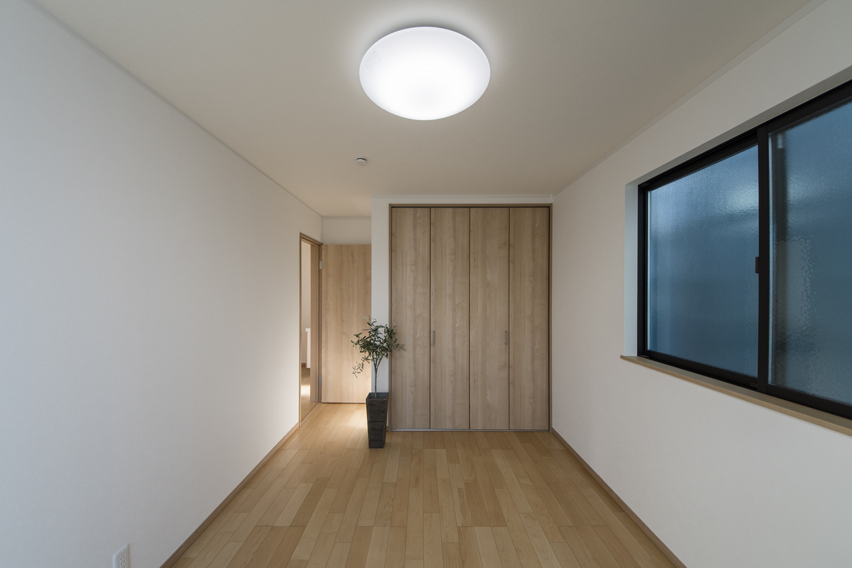2階洋室/木のやさしい風合いを感じるフローリングが、穏やかで心地のよい空間を演出。