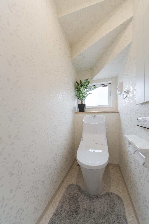 トイレ/キラキラ光るリーフのクロスが、透明感のある空間を演出。