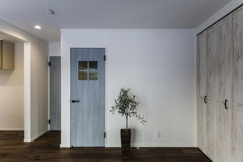 エイジング加工されたホワイト&ブルーペイントのドアが空間を彩ります。