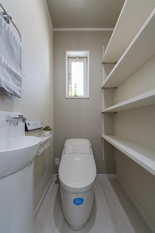 手洗いやカウンターをたっぷりと設置した使い勝手の良いトイレ。