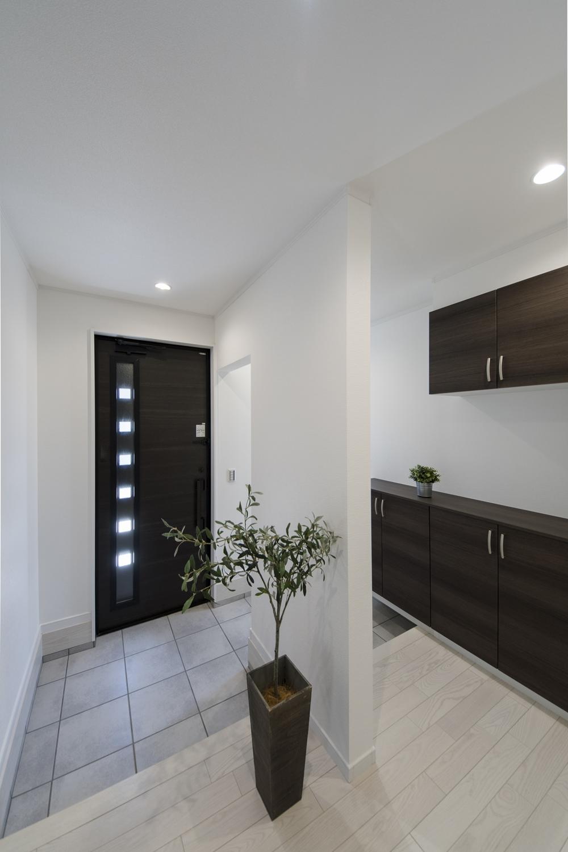 白い空間にダークカラーのドアや収納を差し色にして、クールな印象に仕上がりました。