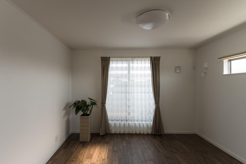 2F主寝室/黒褐色の深みある色調ブラックウォルナットのフローリングが、品のよい落ち着いた空間を演出。