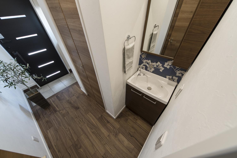 玄関脇に手洗いキャビネットを設置しました。浴室や洗濯機のあるサニタリールームにお客様を通さずにすむので、とっても助かります♪