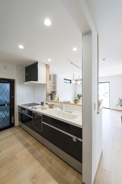 シックで美しい光沢を放つディープグレー色のキッチン扉。