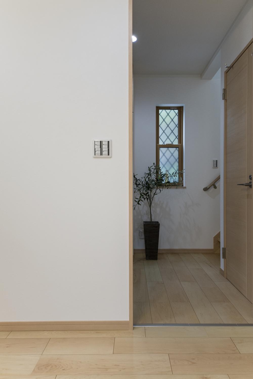 フローリングや建具の素材感が、木の温もりを感じる暖かみのある空間を演出します。
