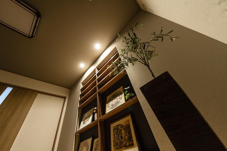 ダウンライトを壁に近い所に配置して間接照明に。奥行きが出て立体感を強調することができ、グッとおしゃれな雰囲気になりました。