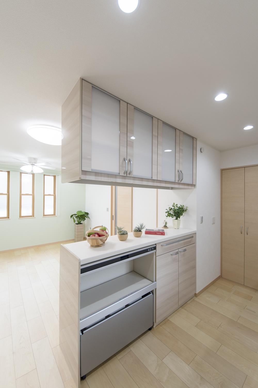 キッチンハッチ/ガラス扉はキッチン側からもリビング側からも使えてとっても便利!カウンターにはアイテムを飾ったりインテリアも楽しめます♪