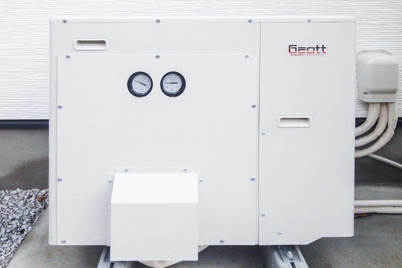 直膨式地中熱ヒートポンプシステム/4人家族を想定し、マルチエアコン3台、460ℓの給湯タンク、室外機、地中熱交換機をセットとしています。
