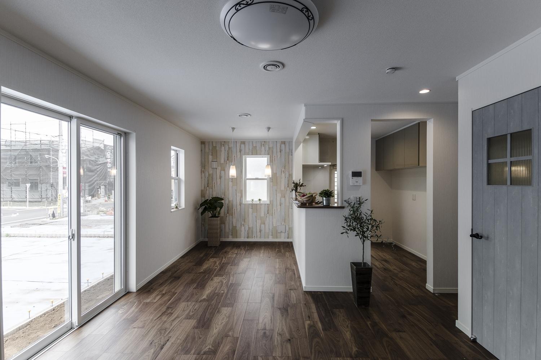 色彩豊かな建具やクロスをアクセントにした、家族が寛ぐ温かみのある空間。