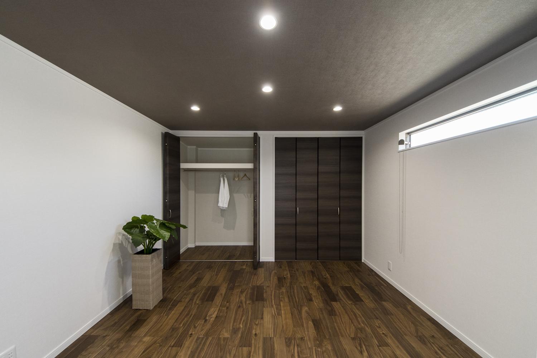 クローゼットを2箇所設えた、収納豊富な2階洋室。