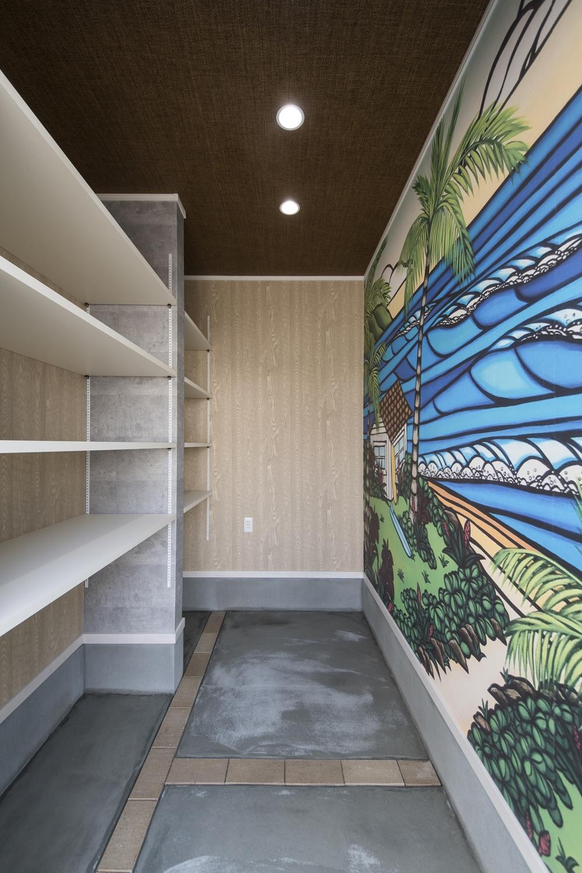 倉庫/壁一面をキャンバスに♪デザイナーのイラストをクロスにしました!見ていてわくわくするような楽しい空間に仕上がりました。