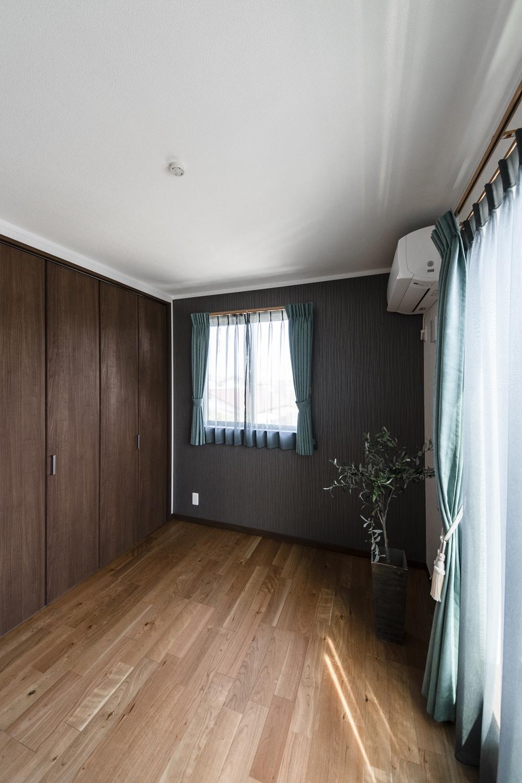 アクセントクロスを施したシックで落ち着いた雰囲気の2階洋室。