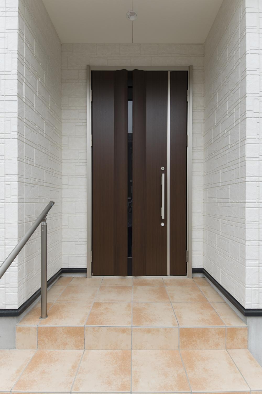 ショコラウォールナット色の深い色味の玄関扉が、上質で重厚感のある空間を演出ます。