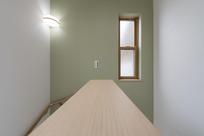 階段ホール/爽やかなグリーンのクロスをアクセントにした、優しい印象の階段ホール。