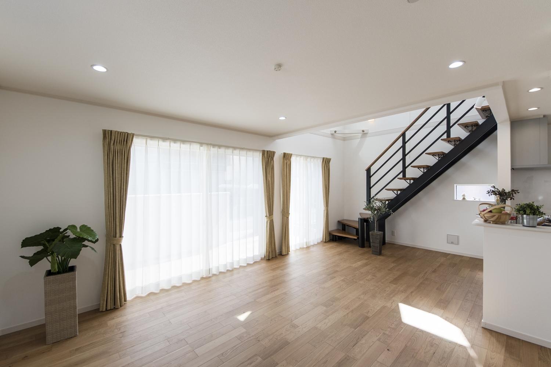 大きな窓と吹き抜けから明るい光が差し込む、快適な空間。