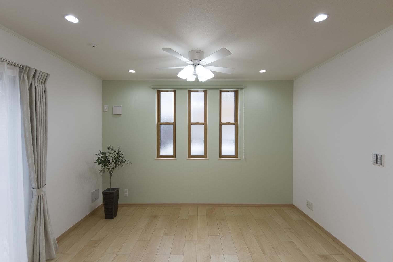 シーリングファンライトが、上質な空間を演出します。天井はシーリングファン用に補強しています。