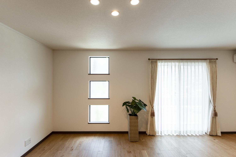 窓から自然のやさしい光が降り注ぐ、20帖超の明るく開放的なリビング。