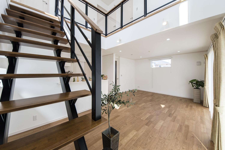 スリット階段と吹き抜けが自慢の明るく開放的な住まい。