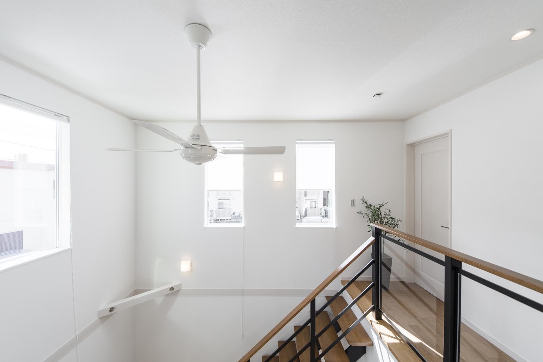窓から自然のやさしい光が降り注ぐ、明るく開放的な吹抜け空間。