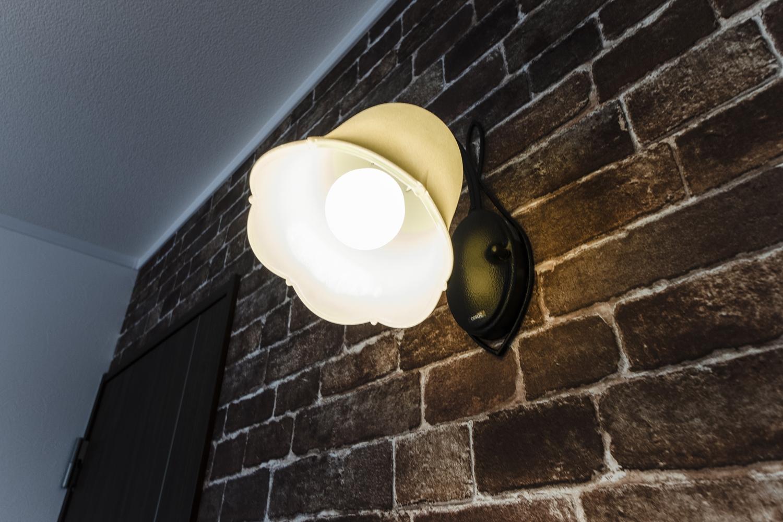 アンティーク調のブラケットライトが空間を彩ります。