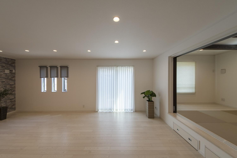 扉を開けてひとつなぎになった小上がり和室は、リビングに開放感をプラスしてくれます。
