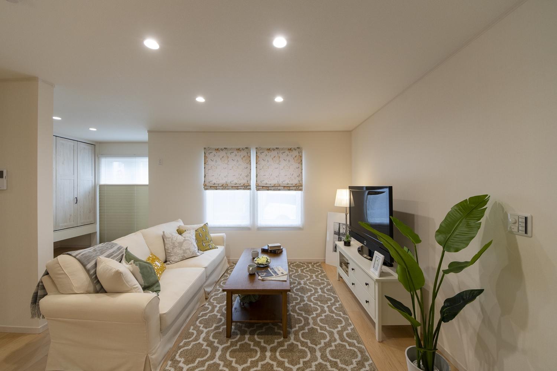 日中は窓からの光が部屋全体を包み込み、夜はダウンライトやおしゃれな照明が空間を彩ります。
