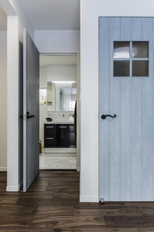 エイジング加工されたブルーペイントのドアが空間を彩ります。