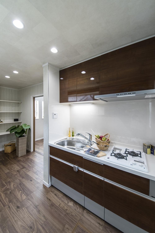美しい光沢を放つ上品な木目デザインのキッチン扉。