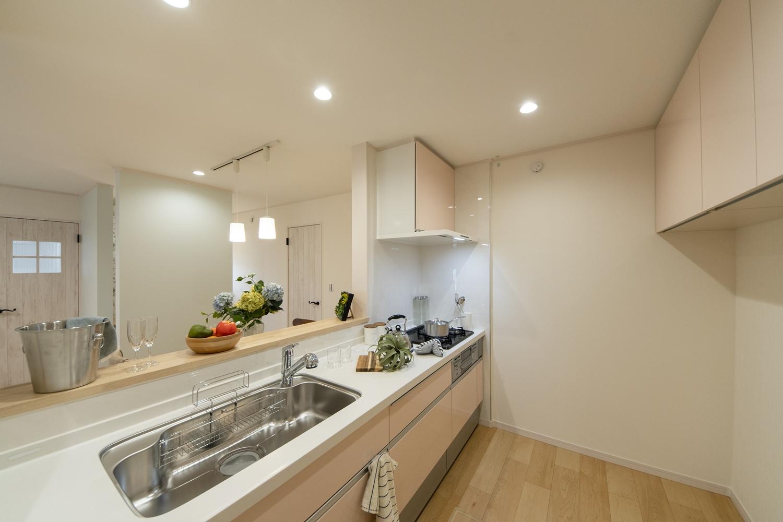 ミストピンクのキッチン扉が可愛らしくキッチンを彩ります。