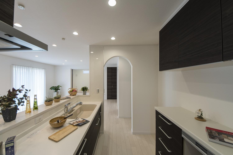可愛らしいアーチ状の下がり壁をキッチン入口に設えました。