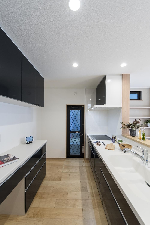 キッチン背面にはキッチンと同じ配色のカップボードを設置しました。