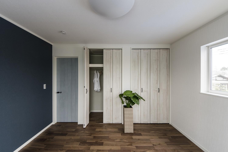 2階洋室/色彩豊かな建具やクロスをアクセントにした、おしゃれな空間。