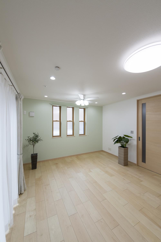 オシャレな3連の上げ下げ窓が、やさしい光とさわやかな風を室内へと誘います。