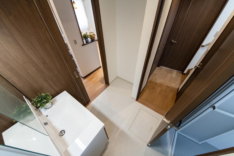 洗面室とキッチンの間にもドアを設け、家事動線の良い2Wayの間取りにしました。